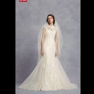 White VERA WANG Lace Trumpet Wedding Dress. 4